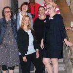Die Organisatorinnen des Fachforums, Dr. Jana Mikota (links) und Dr. Claudia Maria Pecher (rechts), mit Vortragenden (v. l.) Dr. Sabine Fuchs, Dr. Susanne Blumesberger, Dr. Heidi Lexe und Prof. Jörg Thunecke