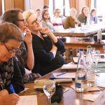 Dr. Heidi Lexe, Dr. Jana Mikota, Dr. Claudia Maria Pecher und das Plenum lauschen den Vorträgen.