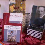 Der Büchertisch vom Bücherblume Mainbuchcafé bietet eine Auswahl an gedrucktem Fachwissen zu Felix Salten.