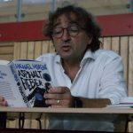 Michael Horeni liest vor der den Schülerinnen und Schülern der Clermont-Ferrand-Mittelschule aus seinem Buch Asphaltfieber bei der Auftaktveranstaltung