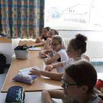 Gespannt lauschen die Mädchen der 6b des JvFG Julien Wolff, der aus seinem Fußballbuch liest