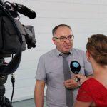 Schuldirektor Manfred Lehner im Gespräch mit dem Fernsehsender TVA nach der Auftaktveranstaltung