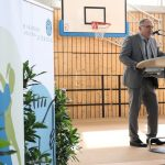 Schuldirektor Manfred Lehner begrüßt alle zur Kick-Off-Veranstaltung an seiner Schule